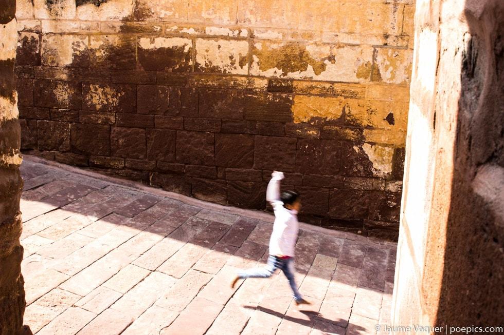 Niño en el fuerte de Jodhpur, Rajasthan, India