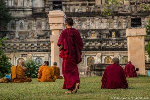 Monjes rezando en un templo budista